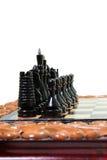 Szachowi kawałki umieszczają na chessboard Obrazy Royalty Free