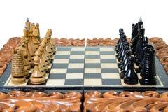 Szachowi kawałki umieszczają na chessboard Obraz Royalty Free