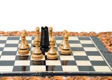 Szachowi kawałki umieszczają na chessboard Zdjęcia Royalty Free