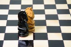 Szachowi kawałki umieszczają na chessboard Zdjęcia Stock