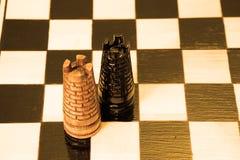 Szachowi kawałki umieszczają na chessboard Fotografia Royalty Free