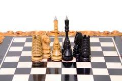 Szachowi kawałki umieszczają na chessboard Fotografia Stock