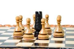 Szachowi kawałki umieszczają na chessboard Obraz Stock