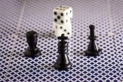 Szachowi kawałki i kostka do gry przedmioty dla popularnych gier planszowa Obrazy Royalty Free