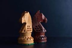 Szachowi rycerze na czarnym tle Obraz Royalty Free