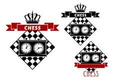 Szachowi symbole z zegarami na chessboard Fotografia Royalty Free