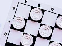 Szachownica z warcabami Strategii biznesowej rywalizacja, planowanie strategiczne dla wygranego sukcesu hobby zdjęcie royalty free