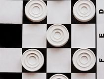 Szachownica z warcabami Strategii biznesowej rywalizacja, planowanie strategiczne dla wygranego sukcesu hobby obrazy royalty free