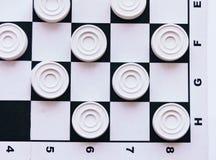 Szachownica z warcabami Strategii biznesowej rywalizacja, planowanie strategiczne dla wygranego sukcesu hobby fotografia royalty free
