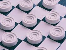 Szachownica z warcabami Strategii biznesowej rywalizacja, planowanie strategiczne dla wygranego sukcesu hobby obraz royalty free
