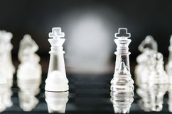 Szachowy biznesowy pojęcie zwycięstwo Szachy postacie w odbiciu chessboard gra Rywalizaci i inteligenci pojęcie Obraz Stock