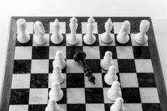 Szachowy królewiątka i królowej stojak na chessboard po zwycięstwa Odgórny widok obrazy stock