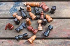 szachowy królewiątka królowej set rocznik drewniane postacie na drewnie wsiadają tło Zdjęcia Royalty Free