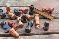 szachowy królewiątka królowej set rocznik drewniane postacie na drewnie wsiadają tło Zdjęcia Stock