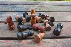 szachowy królewiątka królowej set rocznik drewniane postacie na drewnie wsiadają tło Fotografia Royalty Free