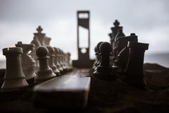 Szachowy poj?cie biznesu i strategii pomys?y Pusta droga z gigantycznymi szachy postaciami, gilotyn? i ?cie?ka egzekucja grafika zdjęcie stock
