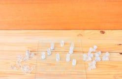 Szachowy szkło na pokładzie gry Na rocznika tła drewnianego podłogowego pojęcia turniejowym biznesowym sukcesie z kopii przestrze fotografia stock