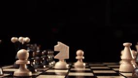 Szachowy zbliżenie, drewniana szachowa deska, biznesowy pojęcie, czarny tło Obruszenie kamera studio zbiory