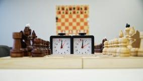 Szachowy zegar stoi obok chessboard czekać na początek gra fotografia stock