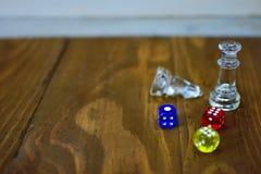 Szachowych kawałków kolorowych akrylowych kostka do gry wieśniaka drewniana powierzchnia Obrazy Royalty Free