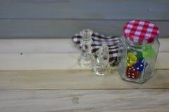 Szachowych kawałków kostka do gry słoju czeka akrylowego szklanego wzoru sukienna drewniana powierzchnia Zdjęcia Royalty Free
