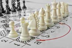 szachy Biała deska z szachy postaciami na nim Zdjęcia Royalty Free