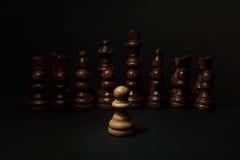 szachy Białe czerni postacie na czarnym tle i pionek Set czarne postacie Obrazy Royalty Free