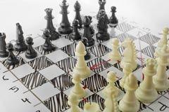 Szachy, bielu atak Biała deska z szachy postaciami na nim Zdjęcie Royalty Free