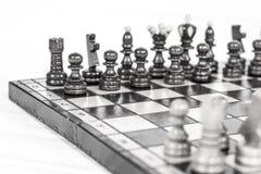 szachy czarny deskowego czeka koniec gry biznesowego głównej atrakci kumpla strat metafory szachy monochrom nad sukcesem strategi obraz royalty free