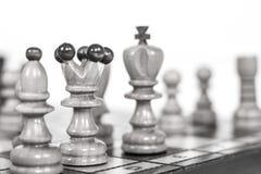 szachy czarny deskowego czeka koniec gry biznesowego głównej atrakci kumpla strat metafory szachy monochrom nad sukcesem strategi Zdjęcie Stock