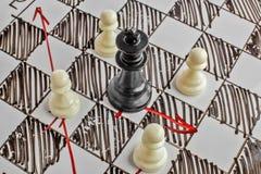 szachy Czarny królewiątko jest pod atakiem Biała deska z szachy postaciami na nim Fotografia Royalty Free