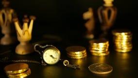 Szachy i sterta monety w pojęciu pieniądze pieniądze oszczędzania lub władzy, pieniężny przyrost, strategii inwestycja, emerytura zdjęcie wideo