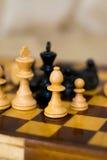 Szachy postacie na szachowej desce Obraz Royalty Free