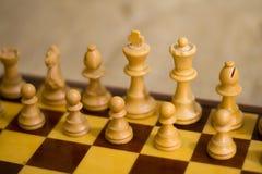 Szachy postacie na szachowej desce Zdjęcia Royalty Free