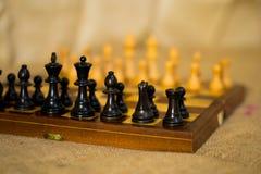 Szachy postacie na szachowej desce Zdjęcie Stock