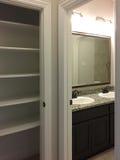 Szafa i ładna łazienka w nowym domu obraz stock