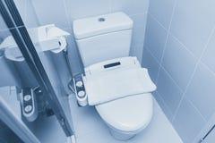 Szafa pucharu wezbrana toaleta z elektryczność bideta prysznic zdjęcia royalty free