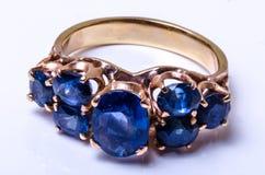 Szafirowy złocisty pierścionek Fotografia Royalty Free