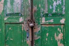 Szafka dla dwa zielonych drewnianych drzwi z farbą wymazuje czasem Zdjęcie Royalty Free