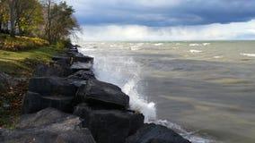 Szaleje chodzenie wewnątrz nad Jeziornym Ontario przy jeziorem Obrazy Royalty Free
