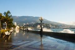 Szaleje przy bulwar ulicą Yalta miasto w Crimea w ranku na 24 i morzem 10 2016 Duży przypływu obmycie i fala Obraz Stock