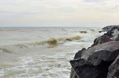 Szaleje przy morzem w chmurnej pogodzie w jesieni Obraz Royalty Free