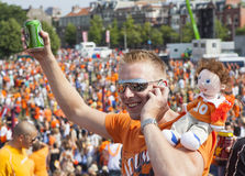 Szaleni Holenderscy piłek nożnych fan w pomarańcze Fotografia Royalty Free