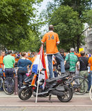 Szaleni Holenderscy piłek nożnych fan w pomarańcze Zdjęcia Stock