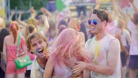 Szaleni pijący męscy przyjaciele trzyma dziewczyny w rękach, tanczy muzyka przy koncertem zbiory