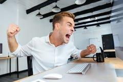 Szalenie agresywny młody biznesmen krzyczy w biurze Obrazy Royalty Free