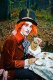 Szalenie Hatter z filiżanką herbata w jego ręce Fotografia Royalty Free