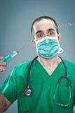 Szalenie lekarka z strzykawką zdjęcie stock