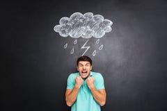 Szalenie mężczyzna pozycja pod patroszonym raincloud z błyskawicą i deszczem fotografia royalty free
