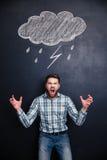 Szalenie mężczyzna krzyczy nad blackboard za on Obraz Stock
